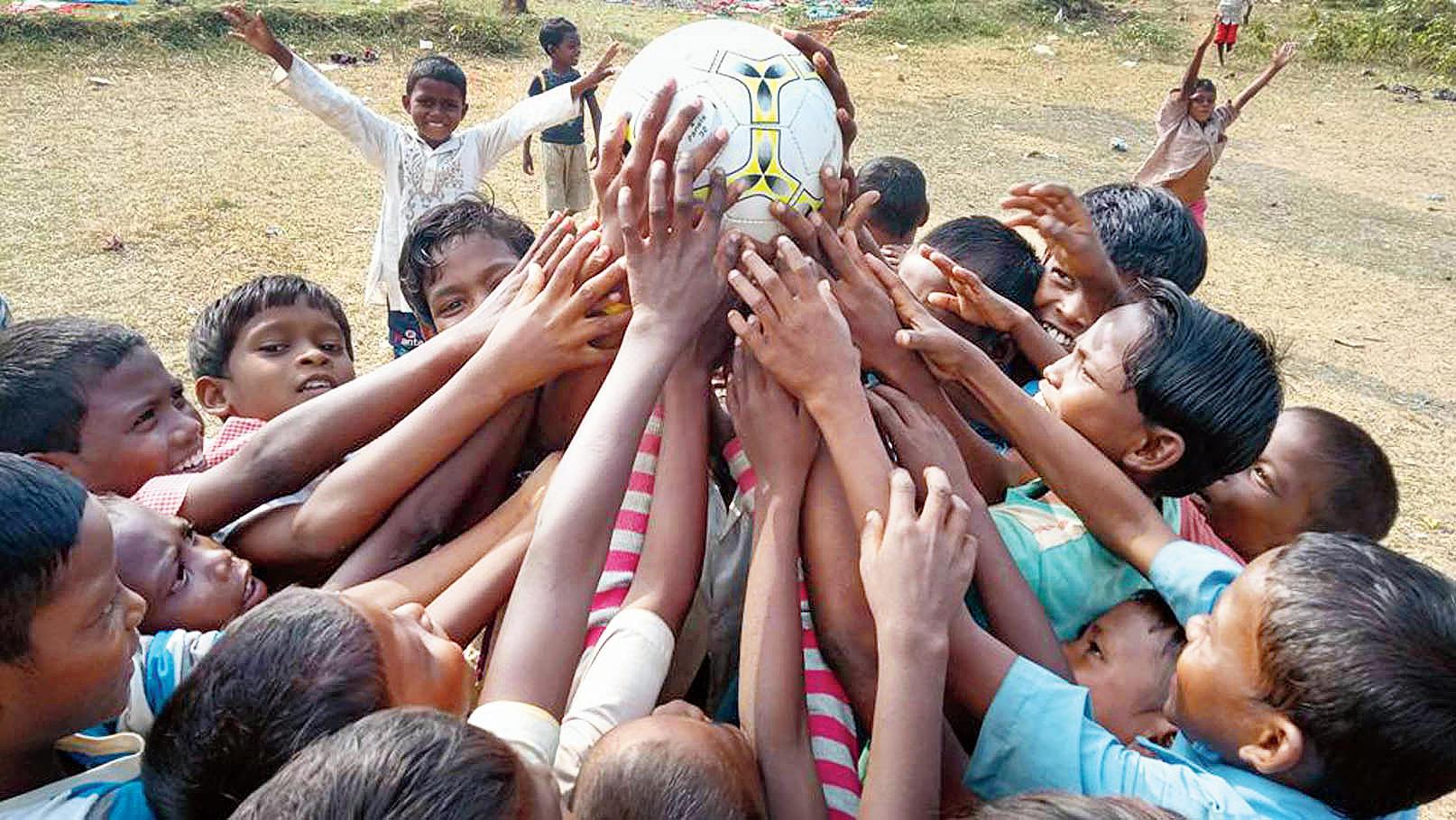 কলকাতার ট্রাফিক সামলে 'শবর পিতা' খোয়ালেন ১০ মাসের বেতন