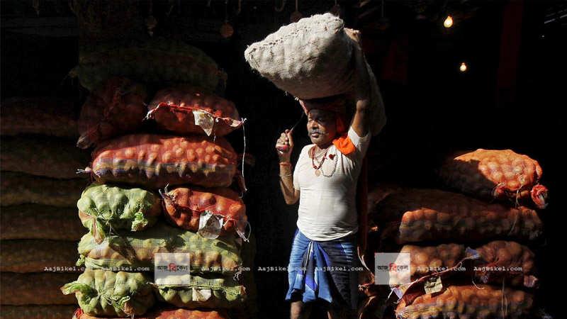 পেঁয়াজ, টমেটো অগ্নিমূল্য, খুচরোয় মুদ্রাস্ফীতির জেরে অর্থনীতিতে নতুন সংকট