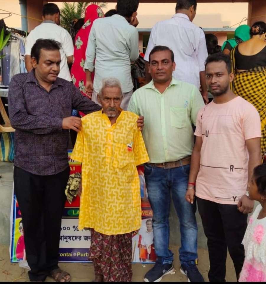 'ফ্রি বাজার' খুলে পড়ুয়াদের পোশাক বিলিয়ে আনন্দ ছড়ালেন শিক্ষক