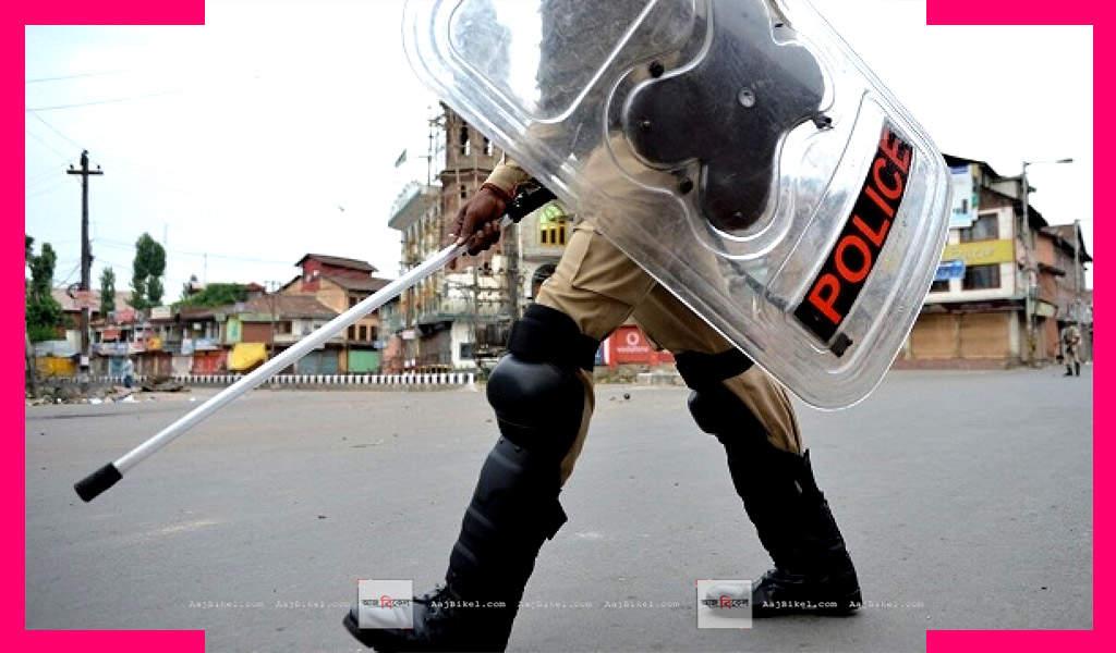 পুলিশ Curfew imposed in Kashmir